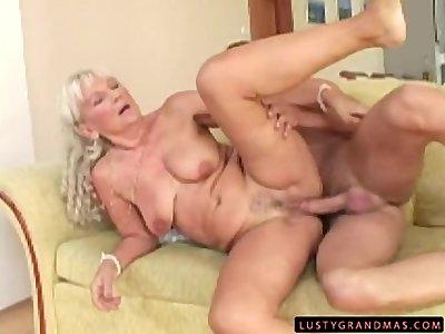 Une vieille femme qui adore la bite